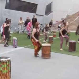 Dundun dance flashmob - Melbourne Djembe (Video)
